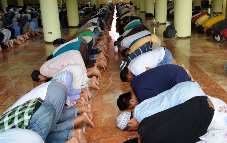 Filipinų musulmonai meldžiasi Auksinėje mečetėje