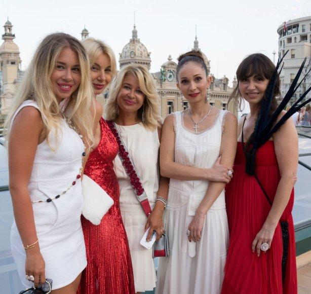 Monako auksinio jaunimo atstovės su Ella Tatarinova (dešinėje)