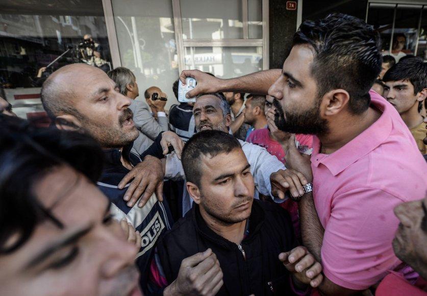 Turkijos policija angliakasių mieste susirėmė su protestuojančiais žmonėmis