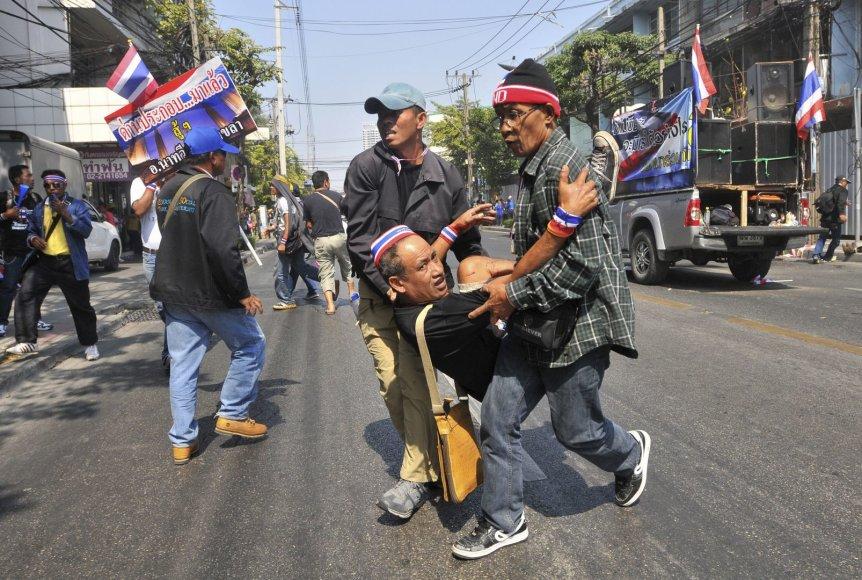 Nešamas per sprogimą sužeistas protestuotojas