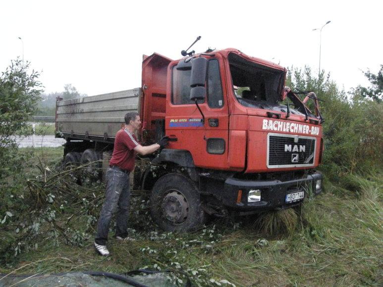 Kaune nuo plento nuvažiavo sunkvežimis