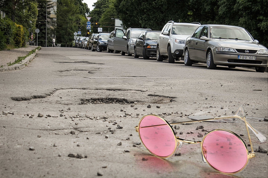 Keturių miesto tarybos frakcijų grupė inicijuoja gyventojų apklausą dėl blogėjančios Kauno gatvių, šaligatvių ir įvažų būklės./Nuotr. Igno Gaižausko