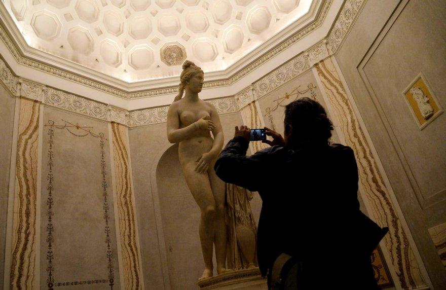 Viena iš skulptūrų, kurią italai uždengė vizito metu