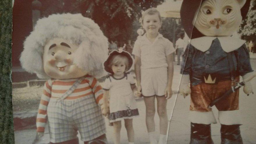 Indrė Burlinskaitė, būdama ketverių, su pusbroliu