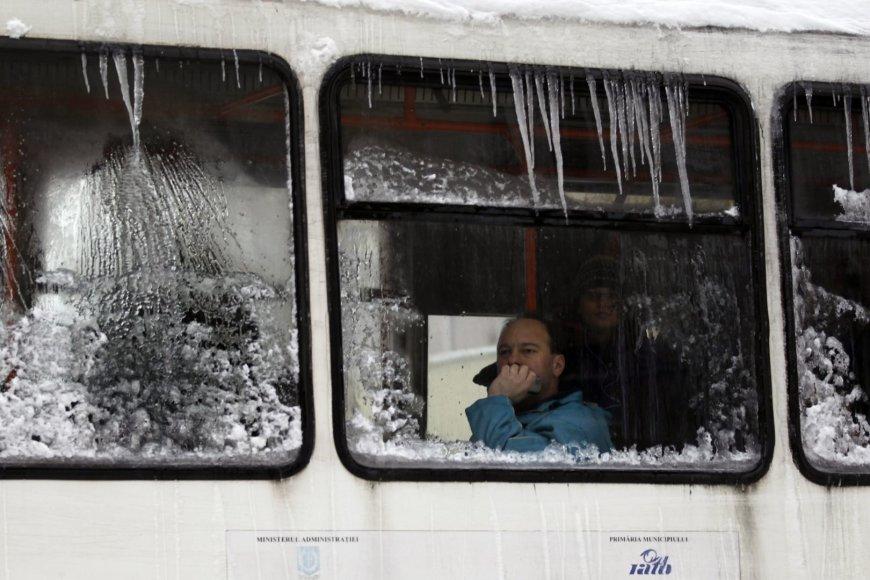 Keleivis apledėjusiame autobuse.