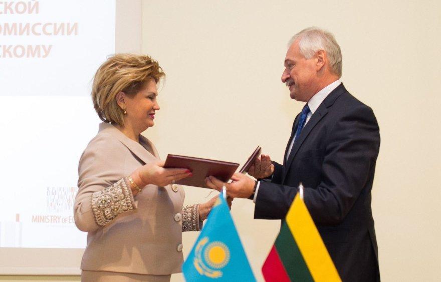 Ūkio ministras Evaldas Gustas ir Kazachstano finansų ministerijos atsakingoji sekretorė Natalija Artemovna Koržova.