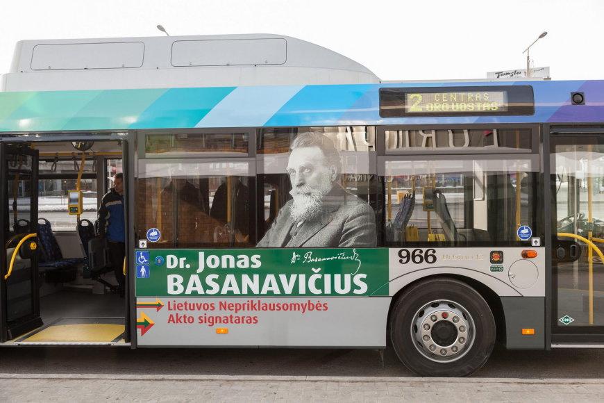 Autobusas su Jono Basanavičiaus atvaizdu