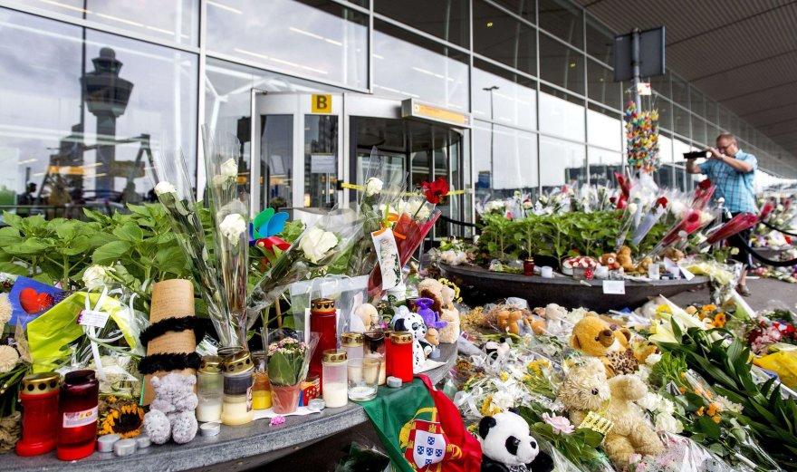 """Gėlės ir žvakės žuvusiems """"Malaysia Airlines"""" aukoms"""