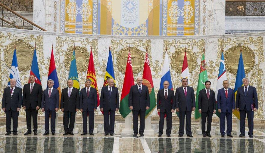 Bendroje nuotraukoje A.Lukašenka atsistojo tarp susipykusių N.Timofti (kairėje) ir V.Putino (dešinėje)