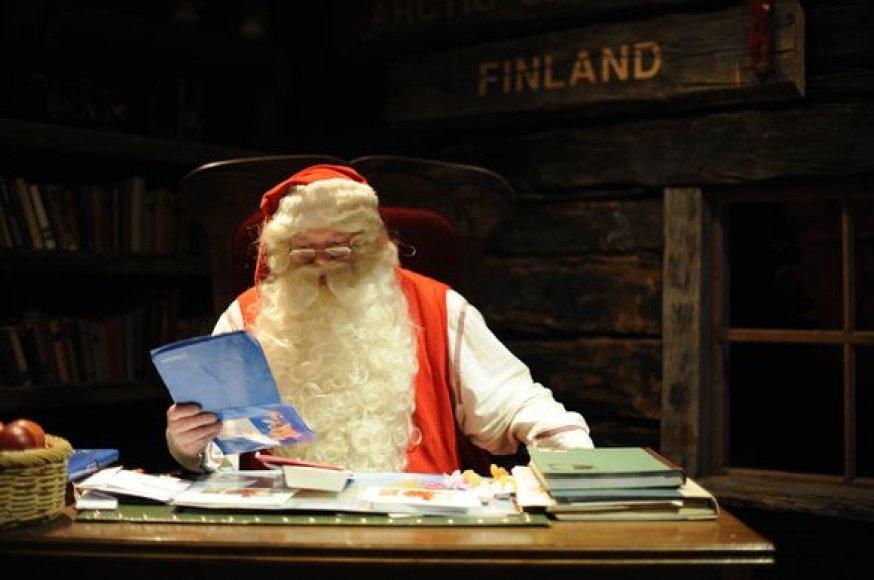 Kalėdų Senelis skaito vaikų laiškus