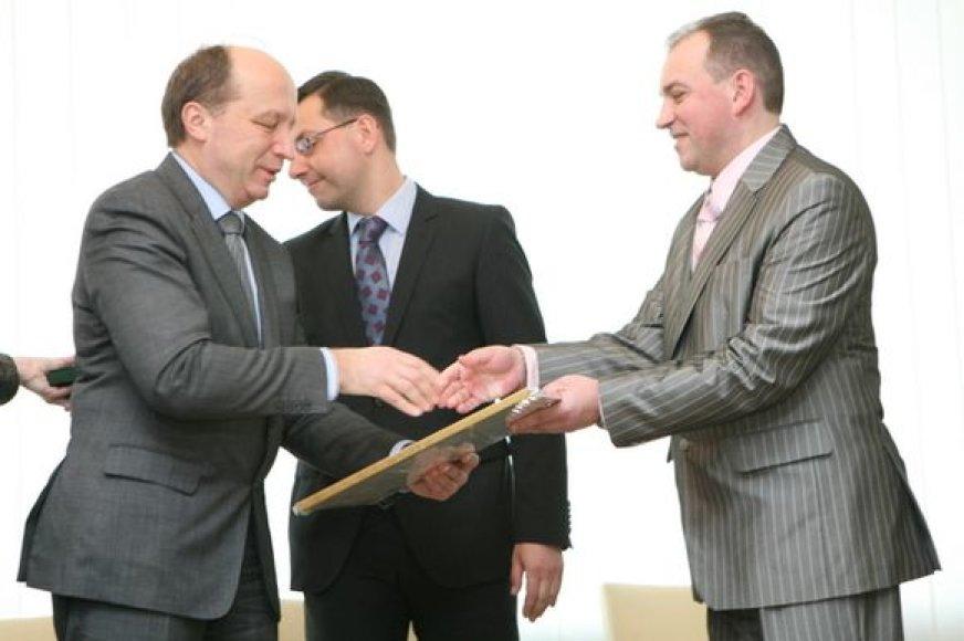 Andrius Kubilius ir Gintaras Steponavičius sveikina laureatą.