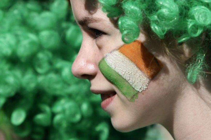 Mergina su Airijos vėliava ant žando.