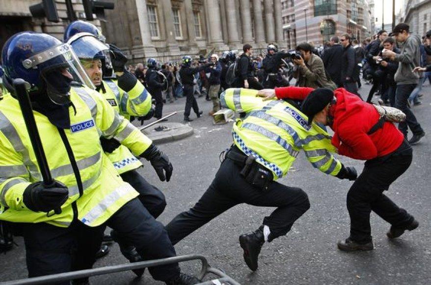 Policininkai susirėmė su demonstrantais.
