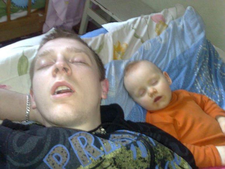 Vakarė ir tėtis Viktoras snaudžia.