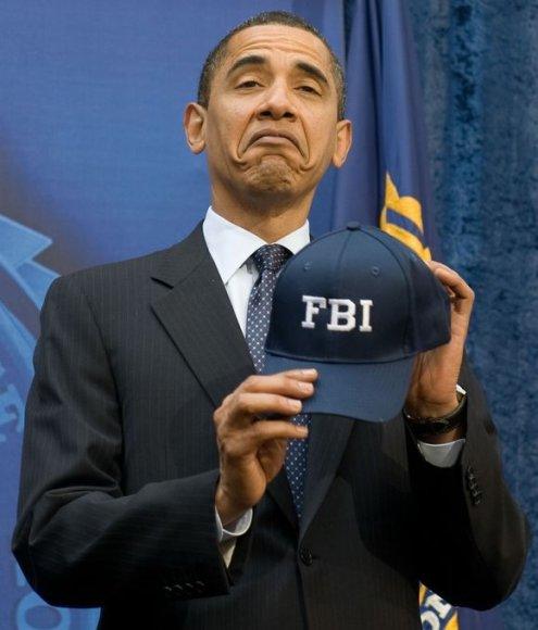 Iš Baracko Obamos mimikos sunku suvokti, ar jis džiaugiasi gauta kepuraite.