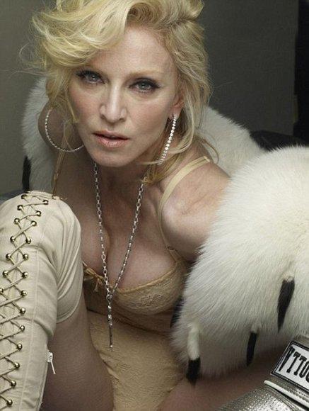 Madonna apnuogino savo vaikiną ir užgulusį jį, fotografavosi.