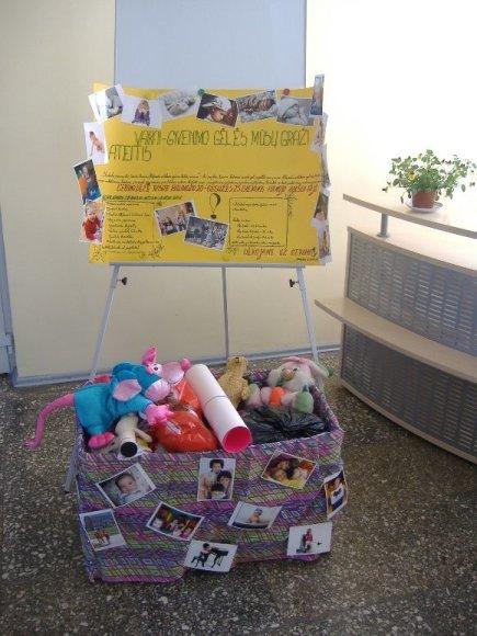 Šiuo metu studentai vaikams skirtas dovanas palieka krepšelyje, esančiame Verslo fakultete.