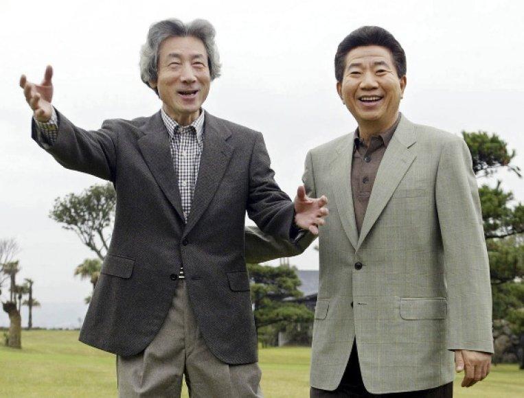 Pietų Korėjos prezidentas Roh Moo-Hyunas (dešinėje) su Japonijos premjeru Junichiro Koizumi.