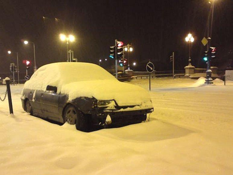 Apsnigtas automobilis prie Žvėryno tilto