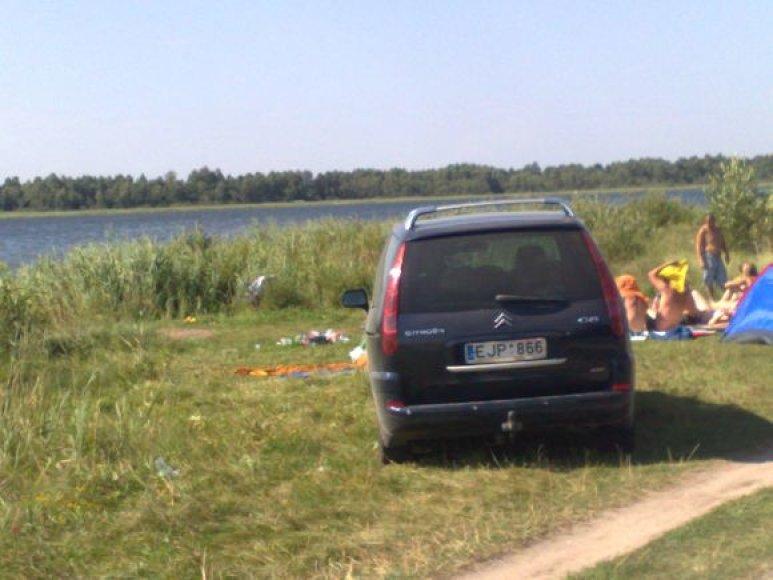 Fotopolicija: automobilis prie ežero