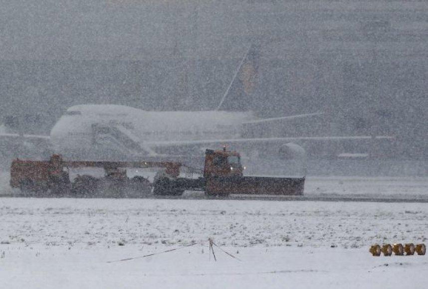 Užsnigtas Frankfurto oro uostas