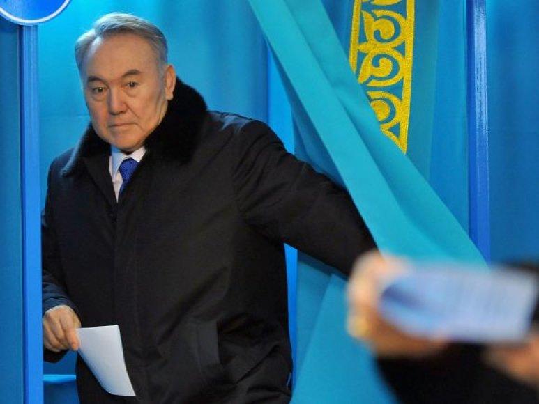 Nursultanas Nazarbajevas balsuoja Kazachstano prezidento rinkimuose