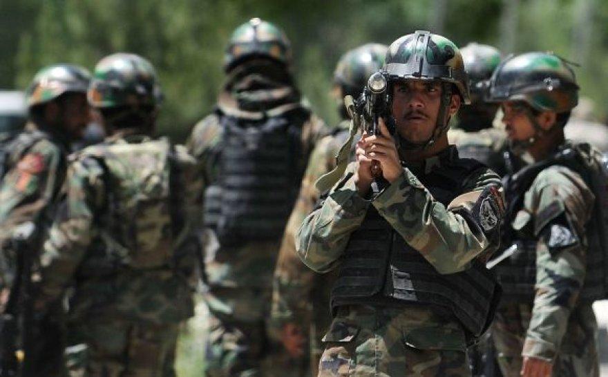 Kariai saugo kelią į Kabulo ligoninę, kurioje nugriaudėjo sprogimas