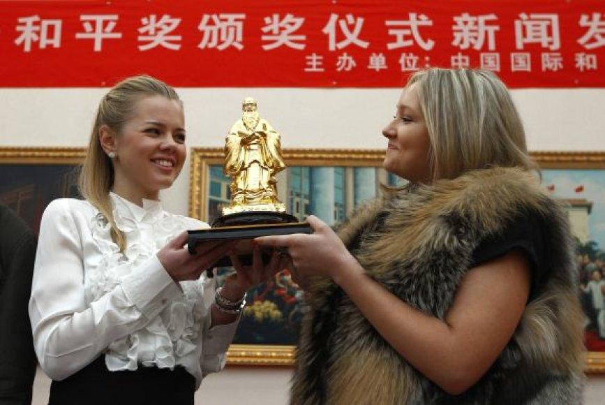 V.Putinui skirtą prizą perėmė Jekaterina Dachova (kairėje) ir Marija Ostašeako
