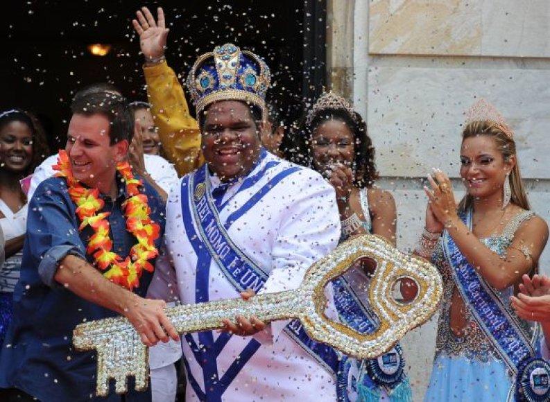 Rio de Žaneiro meras Eduardo paes perduoda karnavalo raktą karaliui Momo