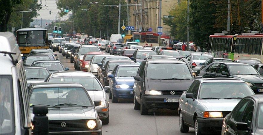 Vyriausybės sprendimas keisti senuosius vairuotojų pažymėjimus paliestų pusę milijono šalies piliečių.