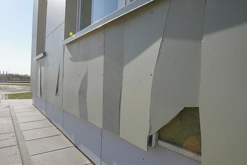 Paskaičiuota, kad po savaitgalio sugadinta apie 30 kvadratinių metrų darželio sienas šiltinančių plokščių.