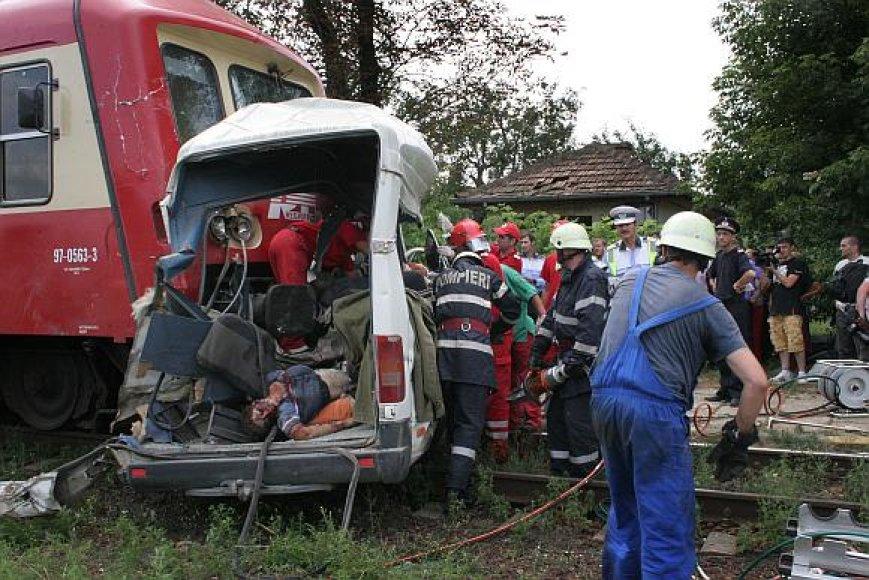 Po susidūrimo traukinys sumaigytą autobusą dar stūmė 200 metrų