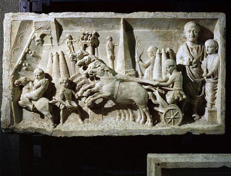 Kairiąja kelio puse važinėjo dar senovės romėnai.