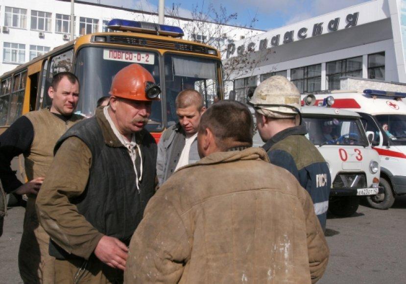 """Kalnakasiai ir gelbėtojai prie administracinio šachtos """"Raspadskaja"""" pastato"""