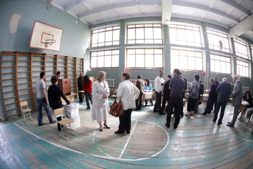 Rinkimų apylinkė vietinės mokyklos sporto salėje