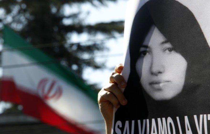 Sakineh Mohammadi-Ashtiani nuotrauka Irano vėliavos fone
