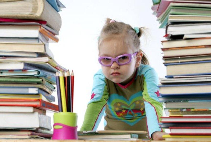 Mergaitė tarp knygų
