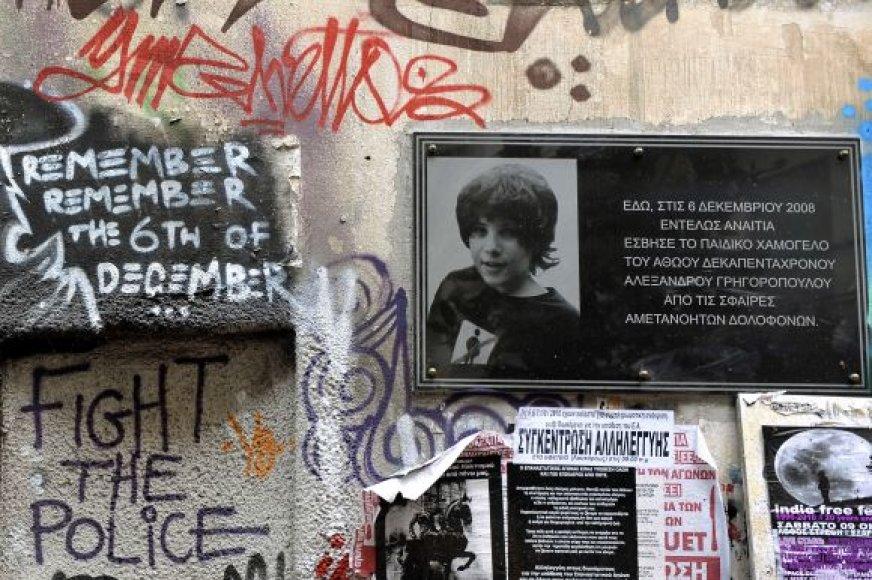 Lentelė policijos nušautam paaugliui Atėnuose atminti