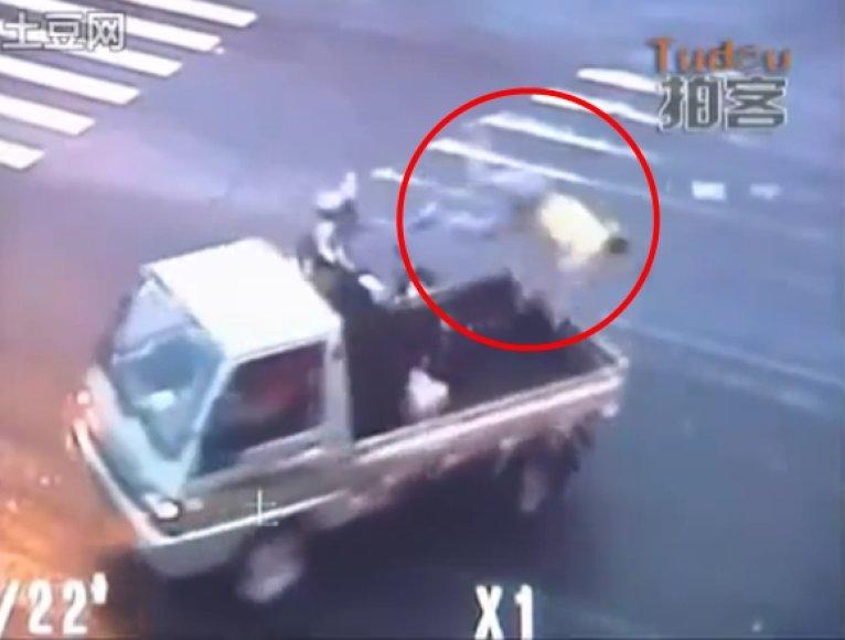 Motociklininko skrydis per sunkvežimį