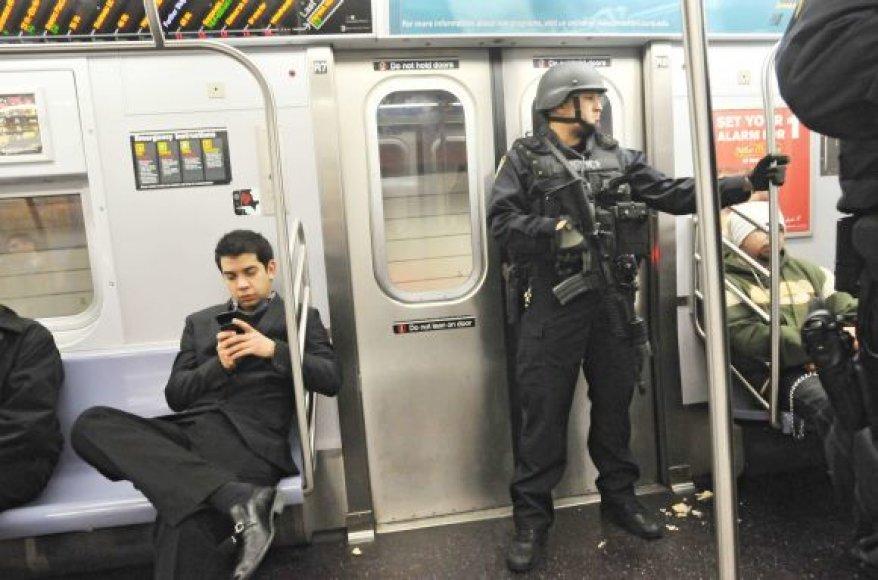 Antiteroristinio policijos padalinio pareigūnas Niujorko metro traukinyje