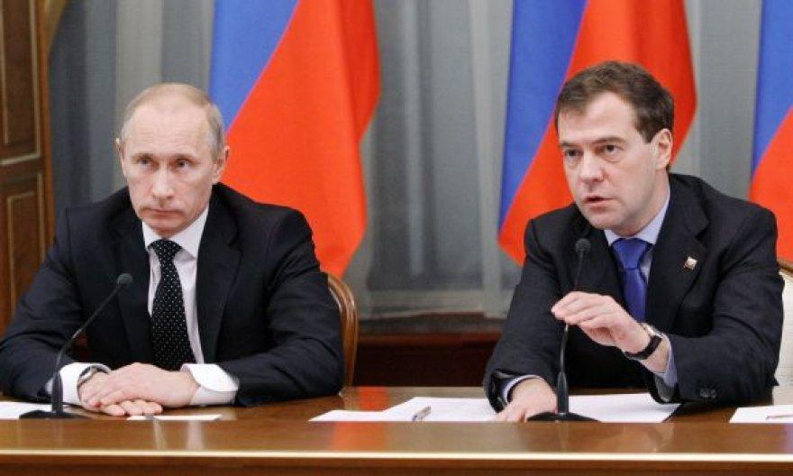 Vladimiras Putinas (kairėje) ir Dmitrijus Medvedevas