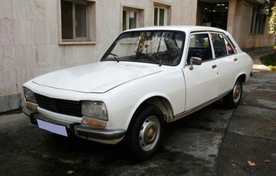 """Senutėlis, 1977 metais pagamintas, Mahmoudo Ahmadinejado """"Peugeot 504"""""""