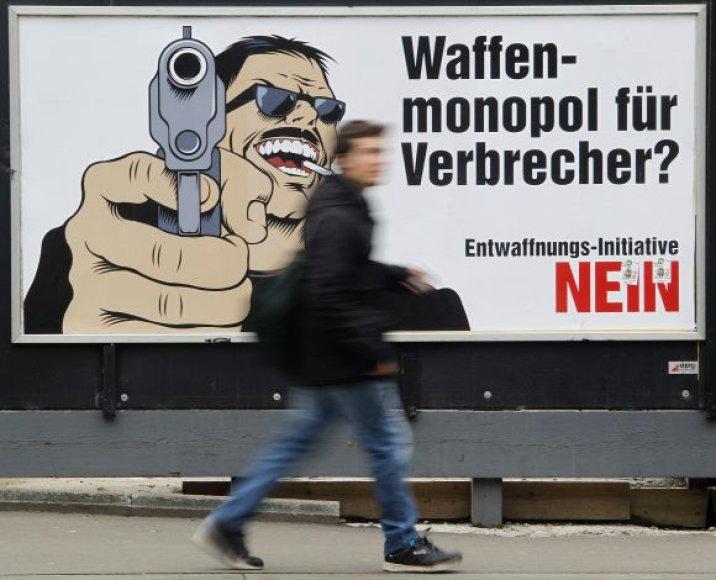 """Ginklų laikymo namuose šalininkų agitacinis plakatas su užrašu: """"Ginklų monopolis nusikaltėliams? Ne!"""""""