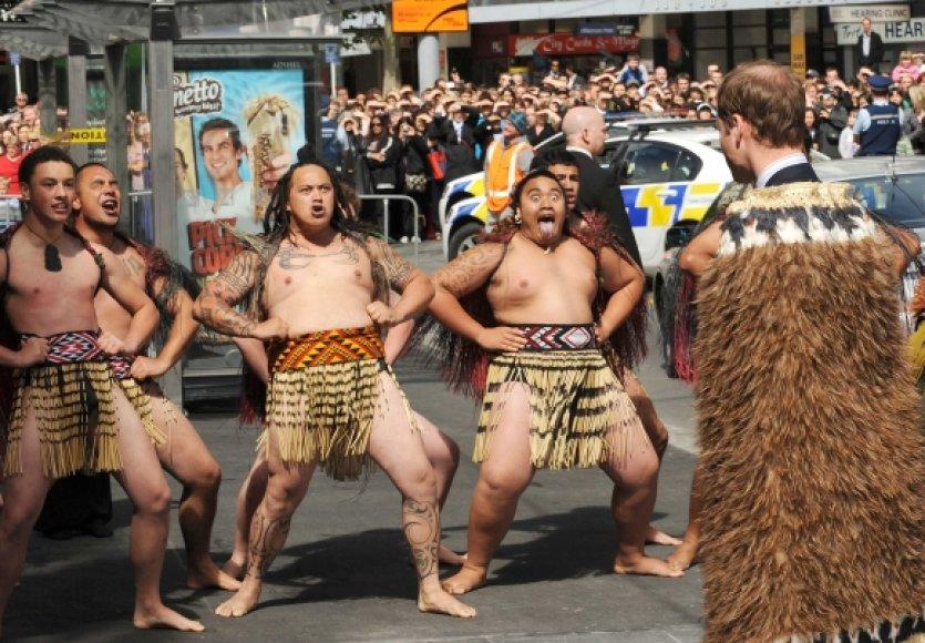 Maoriai princą Williamą pasveikino tradiciškai.
