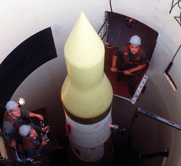 Karo technikai atlieka JAV tarpkontinentinės balistinės raketos patikrinimą jos šachtoje.
