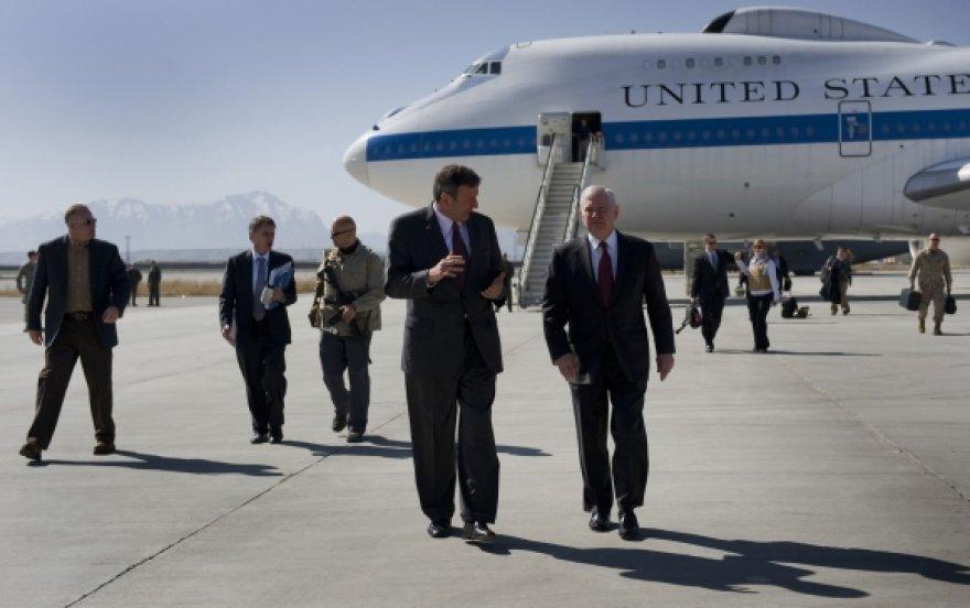 Į Afganistaną atvyko JAV gynybos sekretorius Robertas Gatesas (dešinėje).
