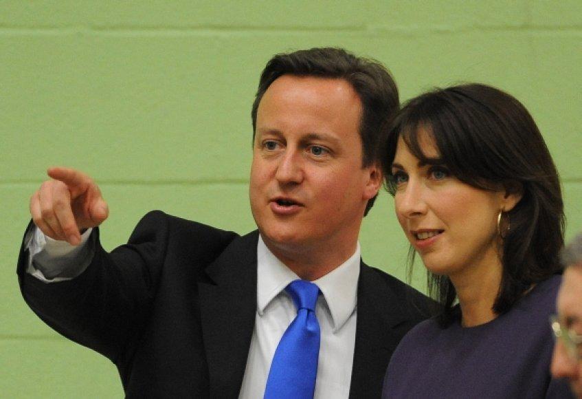 Davidas Cameronas pasirengęs formuoti naująjį Didžiosios Britanijos ministrų kabinetą. Nuotraukoje – su žmona Samantha.