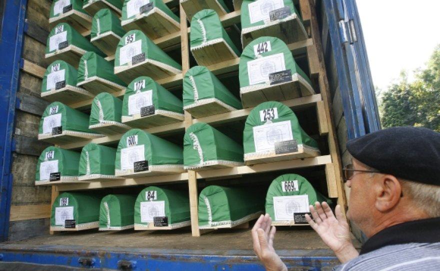 Sunkvežimis su Srebrenicos žudynių aukų karstais