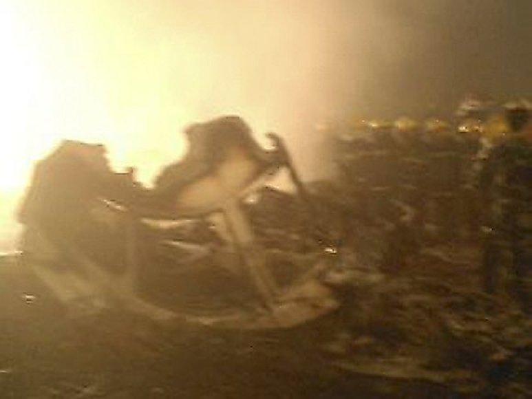 Iš perduodamų nuotraukų galima spręsti, kad lėktuvas sudužo ir užsidegė.
