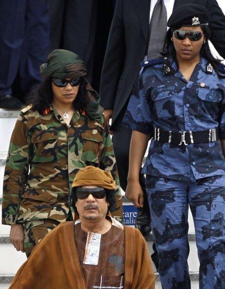 Muamaras Kadhafis su savo asmens sargybinėmis